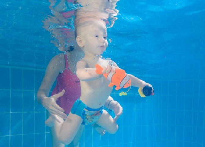 Babyschwimmen Happy Swim : Baby mit Nemo Fisch